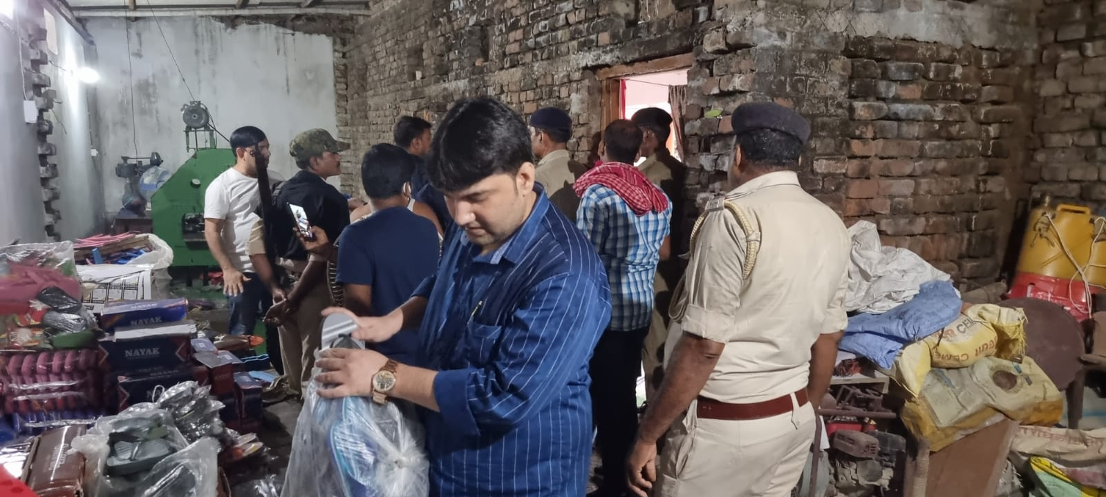 Breaking News -  Counterfeit Relaxo and Aqualite Factories raided in Saran Bihar, fake slippers found