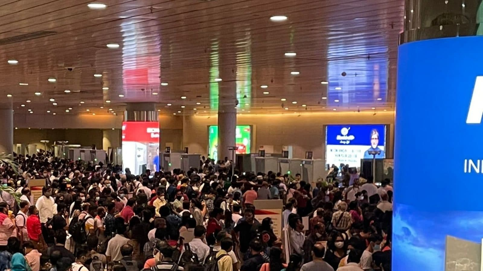 Mumbai- people are throwing luggage and chaos everywhere, heavy Navratri rush turns airport into a panic box